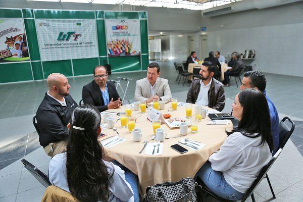 La comitiva de CACEI conformada por 13 evaluadores dio inicio a la jornada del viernes con una reunión con empresarios y empleadores, quienes tienen vinculación con la UTT.