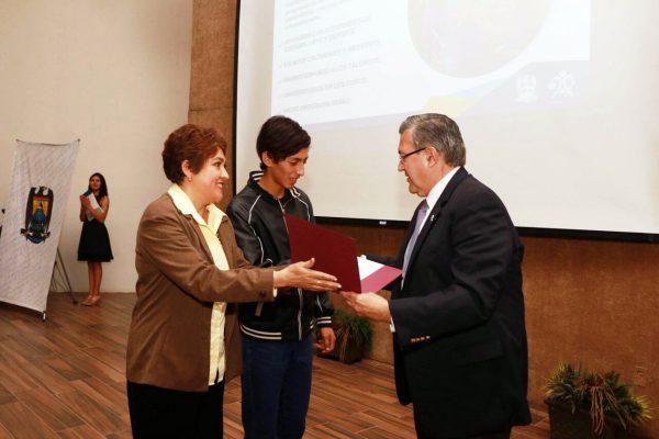 El rector de la Universidad Autónoma de Coahuila, Blas José Flores Dávila reconoció el trabajo realizado en del Instituto de Ciencias y Humanidades durante la gestión de Ángeles Magallanes como directora.