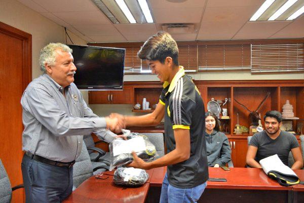 El Dr. Miguel Ángel Cisneros Guerrero, director del Instituto Tecnológico de La Laguna abanderó a la delegación que viajó al LXI Evento Nacional Estudiantil Deportivo del TecNM a desarrollarse en el Instituto Tecnológico de Querétaro del 5 al 10 de noviembre de 2017.