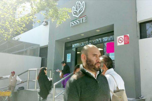 Derechohabientes del ISSSTE manifiestan su inconformidad ante falta de elevador