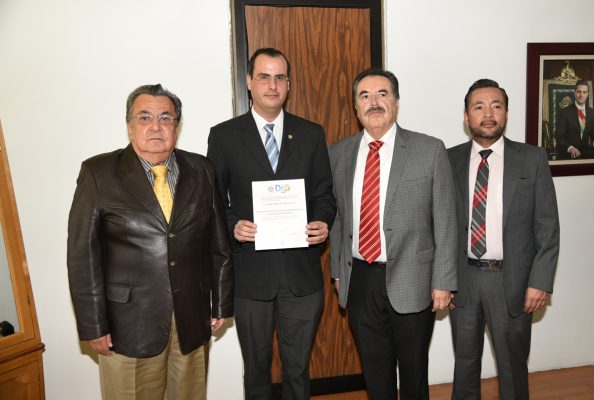 Con nombramiento en mano se observa en Jorge Calero, quien es el nuevo director de la División de Estudios Superiores de la 18 de Marzo.