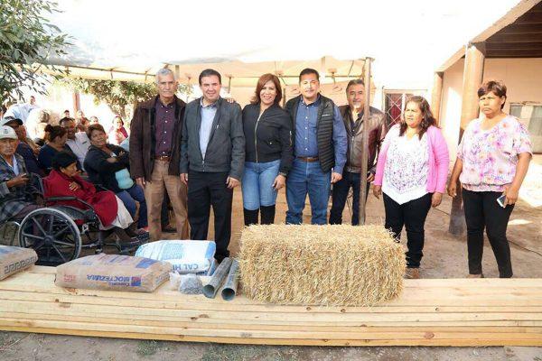 Entrega alcalde techo y piso en ejidos de Francisco I. Madero