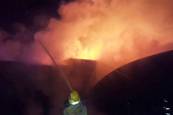 Incendio arrasa con dos empresas