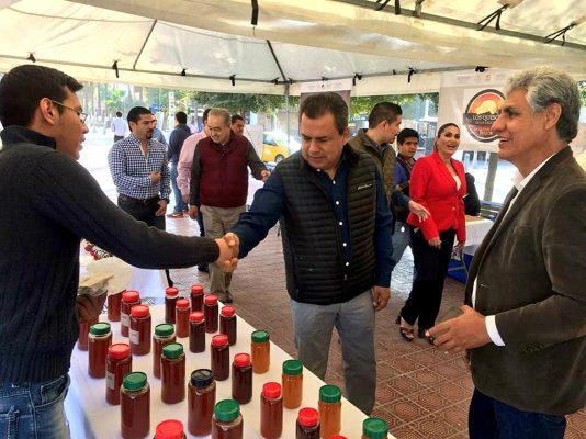 Familias beneficiadas con proyectos productivos de INAES expusieron la diversificación que han logrado de su materia prima primaria, como el caso de la miel.