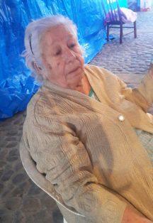 Doña Hortensia Saucedo, vendedora de figuras de nacimiento y luces.