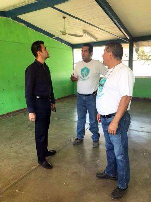 El subsecretario de Educación en la región lagunera de Durango, Cuitláhuac Valdés estuvo con los representantes de la compañía para dar un mensaje a los padres de familia que apoyaron en este arranque con la pinta de su centro educativo.