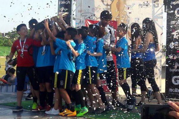 Así festejó el representativo de CEFOJUR al recibir su trofeo y medalla de campeones de la Copa Mazatlán.