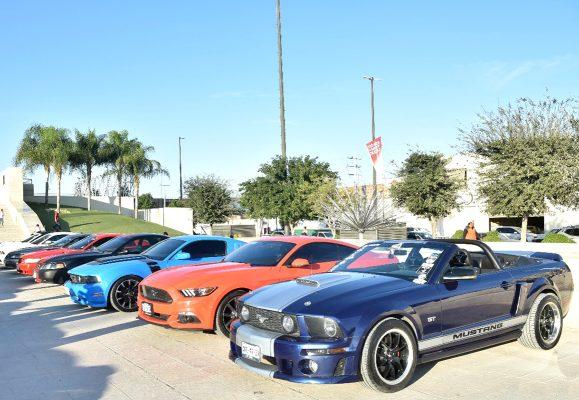 Con motivo del séptimo aniversario del Mustang Club Metrópoli Laguna que preside Iván Ramírez, se llevaron a cabo diversos eventos como una caravana por Gómez Palacio y Torreón, además de una exhibición de autos en la Plaza Mayor.