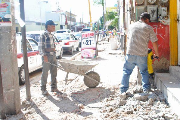Proyecto de rehabilitación de banquetas de la Sarabia registra 45% de avance