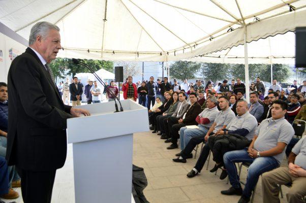 Uniformes para mil 200 choferes del transporte urbano entregó ayer el alcalde Jorge Zermeño Infante.