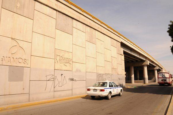 El puente frente al Teatro Alberto Alvarado es el mayormente grafiteado