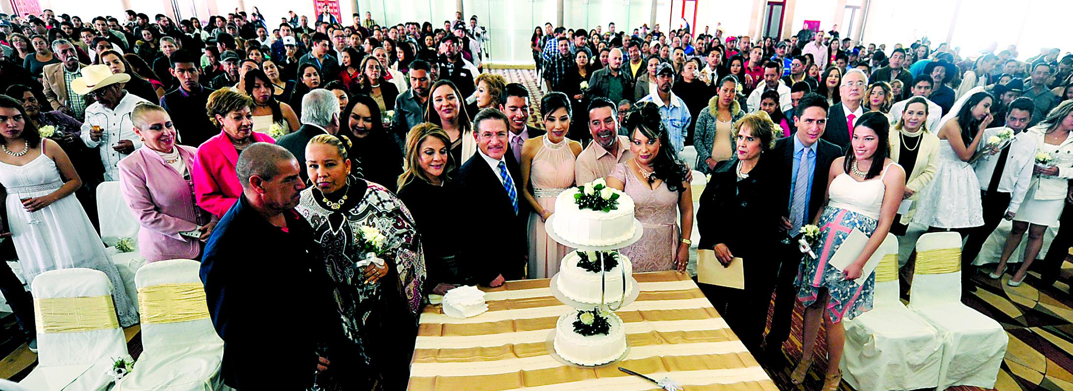"""Mil 200 matrimonios en """"Boda para Todos""""; el gobernador José Rosas Aispuro Torres y la señora Elvira Barrantes apadrinaron a 370 parejas en su unión civil."""