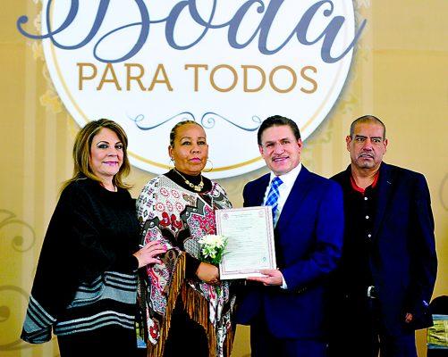 El gobernador del estado de Durango, José Rosas Aispuro Torres y su esposa Elvira Barrantes de Aispuro presidieron la ceremonia de enlace de más de mil 200 parejas.