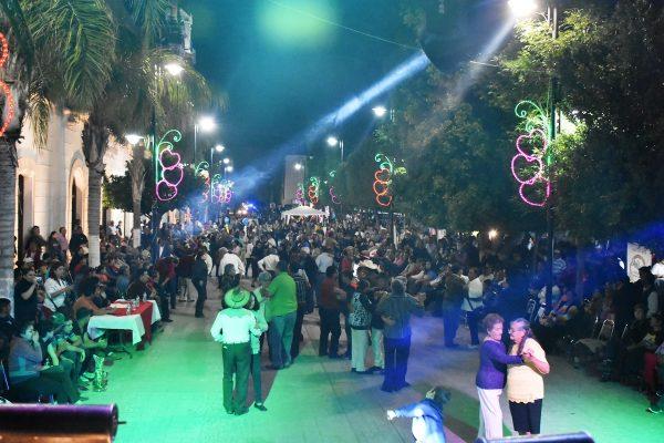 La alcaldesa María Luisa González Achem encabezó la actividad por el Día del Amor y la Amistad, en donde se vivió un ambiente de fiesta y convivencia familiar.