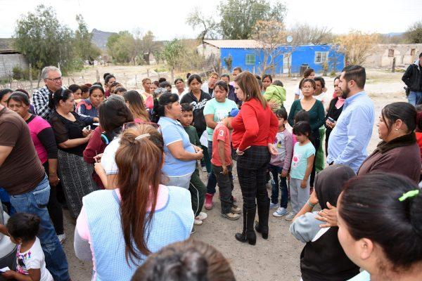 Además de la entrega de apoyos alimenticios, la alcaldesa María Luisa González Achem atendió las demandas de servicios y programas de las familias del ejido Margarito Machado.