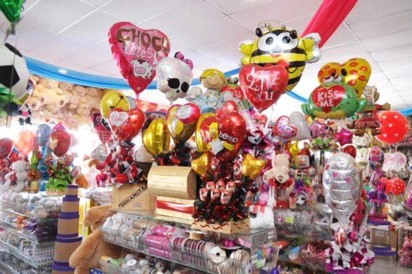 Ya hay tiendas en las que se exhiben peluches, flores, perfumes, chocolates y otros artículos relacionados con la celebración de este día.