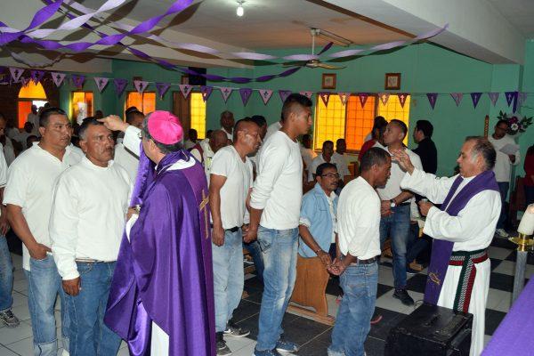 La ceremonia eucarística la ofreció el obispo a los internos que abarrotaron la pequeña capilla del lugar.