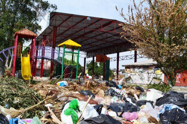 De una enorme cantidad de basura está llena la plaza.