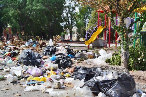 Esta plaza se ha convertido en un basurero que no ha tenido atención de las autoridades.