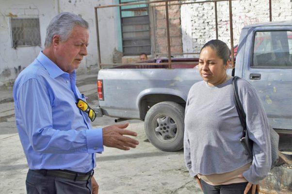 El alcalde Jorge Zermeño Infante durante su visita de ayer a la colonia El Pacífico.