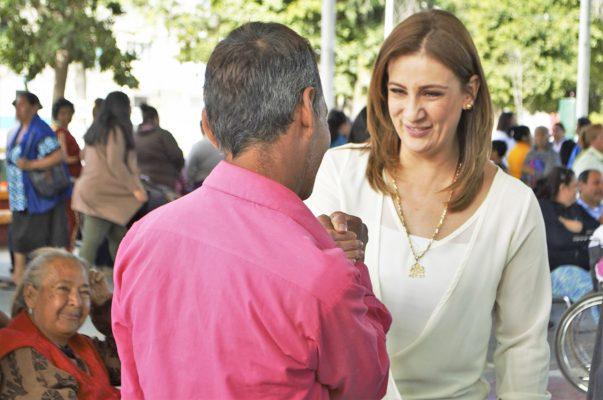 """La presidenta del DIF Torreón, Astrid Casale, durante la primera brigada """"Moviendo Corazones en tu Colonia""""."""