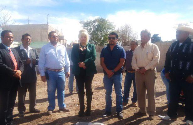La embajadora de la WFUCA-UNESCO Harriet Turner Rivas encabezó el arranque del programa de vivienda en el ejido El Fénix.