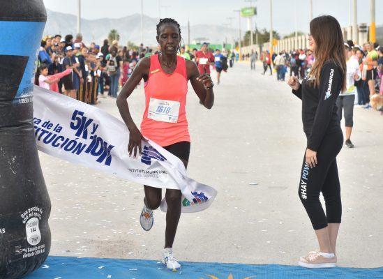Por las damas, la keniana Leah Jeviwot Kiagent se puso en la punta y ya no la soltó, cronometró 37:54.