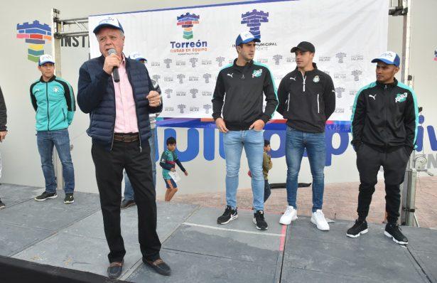 Jorge Zermeño Infante, acompañado de su esposa y los jugadores de Santos Laguna, fueron los encargados de estar en los tres disparos de salida.