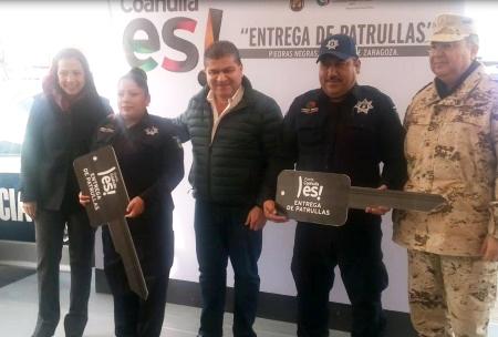 Con la alcaldesa Sonia Villarreal entregó las patrullas.