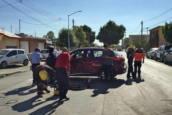 Se requirió el apoyo de los bomberos por el reporte de que uno de los conductores no podía salir de su vehículo.