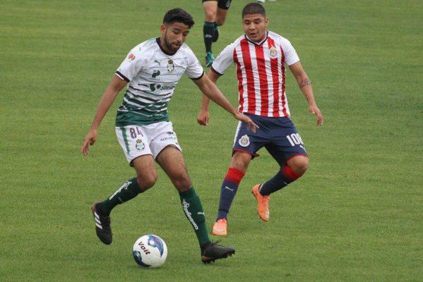 Santos venció con un penal a Chivas Premier.