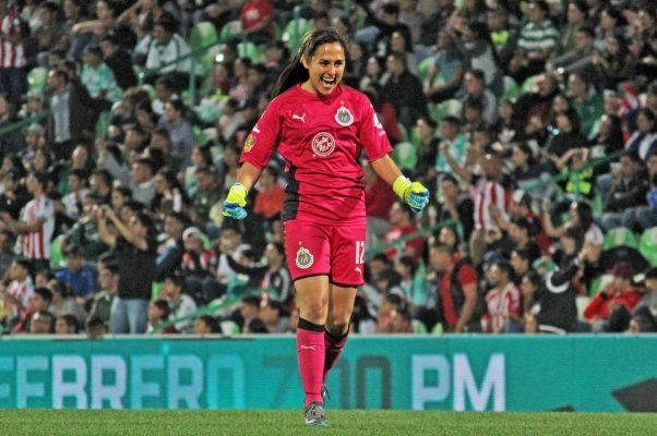 Desalojan a mujer del TSM por insultar a jugadora de Chivas