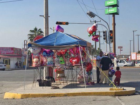Una gran variedad de artículos ofrecieron comerciantes temporales por el Día de la Amistad.