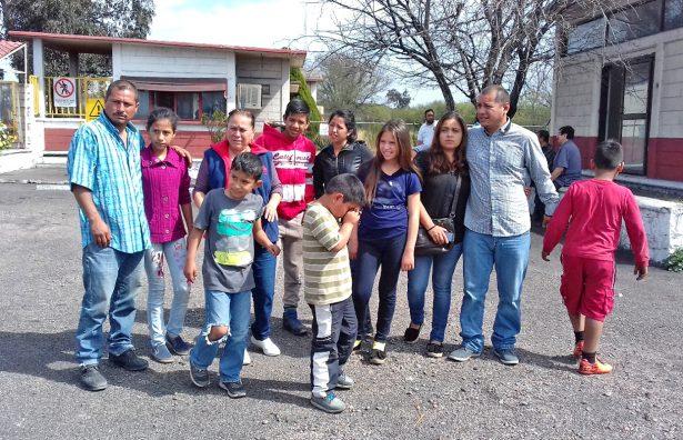 Familias completas se reúnen en el lugar de la tragedia minera.