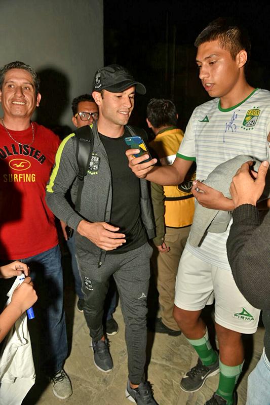 El delantero norteamericano Landon Donovan fue el más asediado por la afición de León que acudió a recibirlos en el Aeropuerto de Torreón.