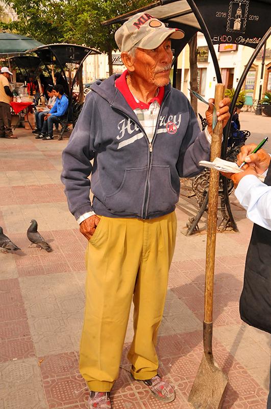 Debido a la falta de una pensión, Juan Miranda día a día sale a ganarse el sustento de su familia.
