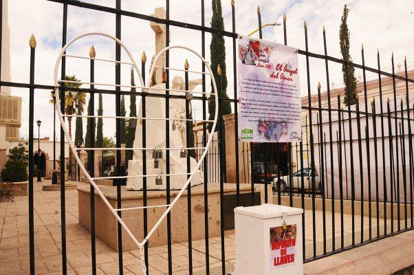Desde hace más de dos décadas, el monumento del Ángel del Amor se encuentra en el atrio lateral derecho de la parroquia del Sagrado Corazón de Jesús.