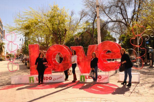 Una gran cantidad de damas acudieron a la Plaza Principal y se tomaron fotografías para celebrar el Día del Amor y la Amistad.