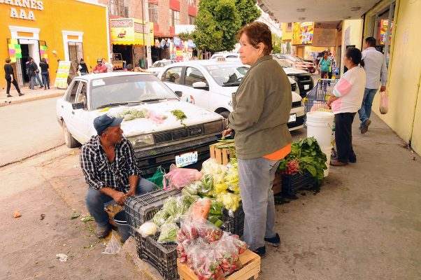 Las ventas en la compra de productos alimenticios se ha desplomado hasta en un cuarenta por ciento, según locatarios del mercado 'Donato Guerra'.