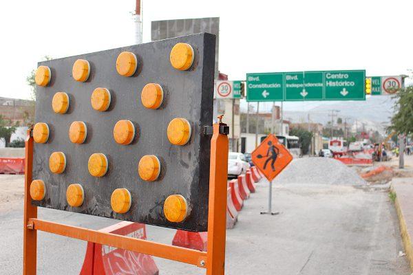 Durante la noche se encienden indicadores eléctricos para evitar accidentes.