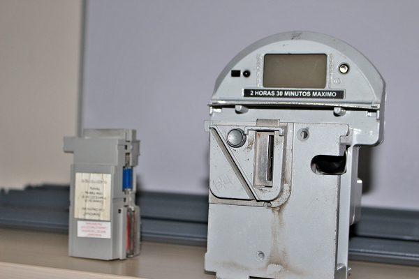 Muchos parquímetros dejan de funcionar porque introducen objetos extraños.
