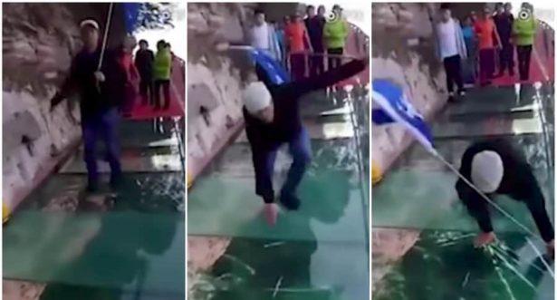[Video] Aparecen fisuras en puente de cristal cuando hombre caminaba