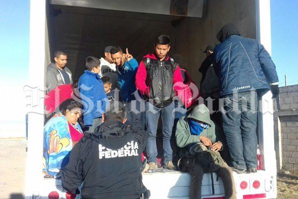 Abandonan en caja de tráiler a 29 migrantes centroamericanos