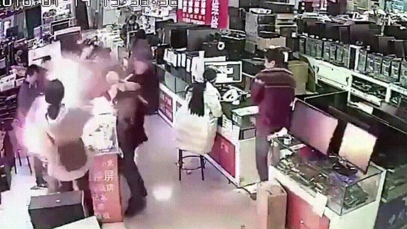 VIDEO: Muerde joven un iPhone y el teléfono explota