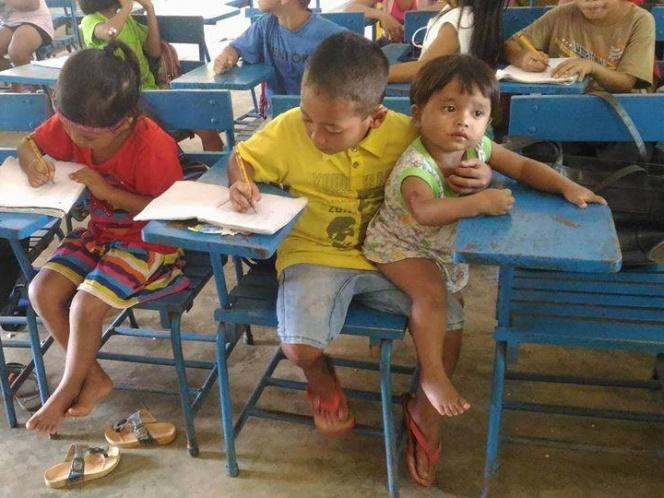 Niño de 7 años lleva a su hermanito menor a la escuela