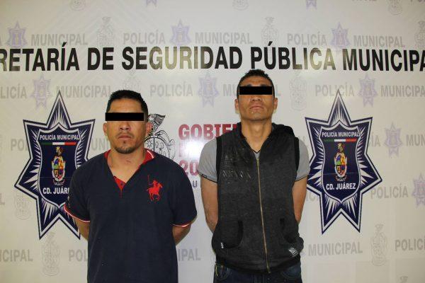 """Arrestan a dos """"mexicles"""" acusados de robo; les localizaron dos armas"""
