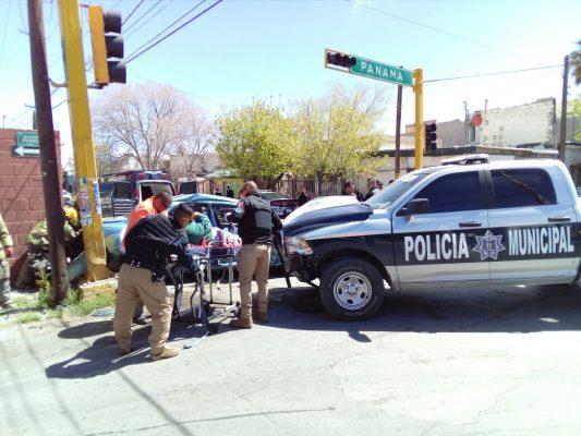 Municipales se pasan semáforo en rojo y chocan contra paseños