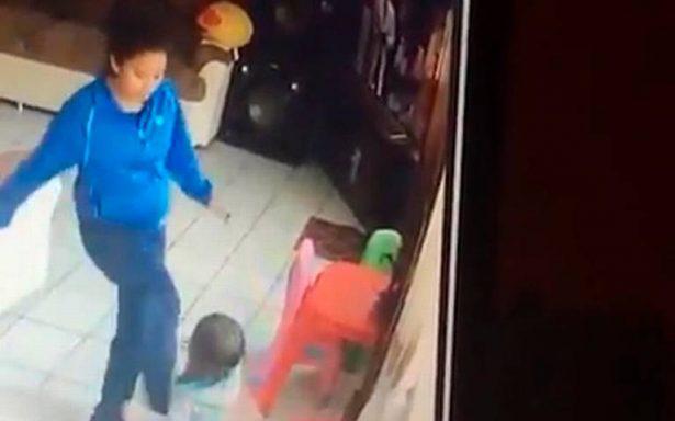 [VIDEO] ¡A punta de patadas! Niñera golpea brutalmente a gemelos