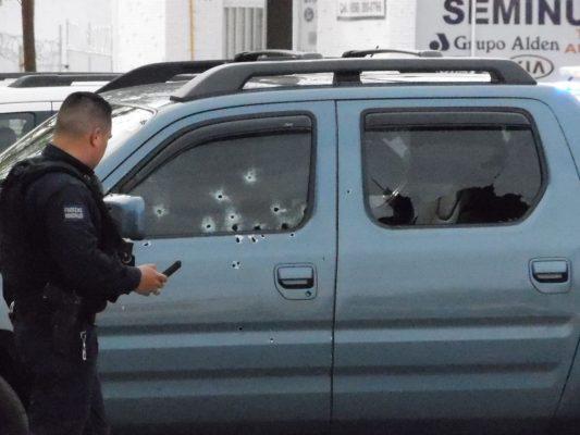 Mujeres armadas ejecutan a un hombre en centro comercial