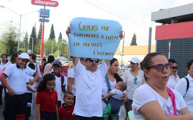 Marchan padres de familia en apoyo a maestros en paro